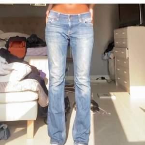 Säljer vidare dom här skitsnygga lågmidjade jeansen som jag köpte på Plick men som tyvärr var lite för små för mig💓säljer för 250+frakt ( tidigare ägarens bilder )