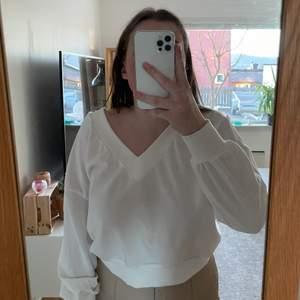 Vit v-ringad tröja köpt på Gina tricot. Använt fåtal gånger. V-ringad både fram och baktill. Säljer eftersom att den inte kommer till användning💕💕