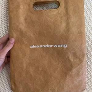 Skit cool och ba extra Alexander wang X McDonalds väska, perfekt storlek för mobil med några små grejer och nått klädesplagg. Hör av er för intresse☺️