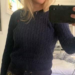 Mörkblå kabelstickad Ralph Lauren tjocktröja 💖 storlek L 14-16 år så passar som XS/S 💜 frakt tillkommer