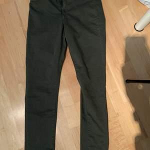 Säljer dessa helt oanvända jeggings, då de är för små för mig. Det är ett par jeans som är mjuka som ett par leggings. Som sagt helt oanvända lappen sitter kvar. Köpta på H&M. Är i storlek 32. Köparen står för frakten.