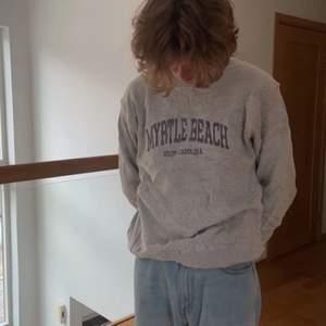 En riktigt najs vintage grå sweatshirt med silvrig/lila text. Storleken är M/L. Sweatshirten är UNISEX. Priset börjar på 250 om fler är intresserade sker det budgivning.