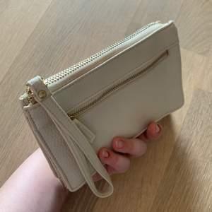 säljer denna kuvertväskan som jag bara använd en gång på min bal 2019💖 nyskick! passar perfekt att ha mobil, läppglans och pengar i till bal eller student!