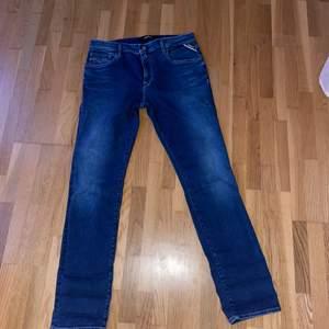 Nya helt oanvända replay jeans. Storlek 32/30. Killmodell men passar även på tjejer. Nypris 800kr