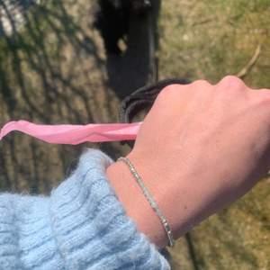 Säljer super söta armband som jag gör själv🌞✨ passar till allt och finns många färger att välja mellan, om man vill ha en speciell färg är det bara att skriva det!🤍 De färgade pärlorna är äkta stenar:) super fina att ge till någon i present! Köper man fler armband blir det billigare och frakten är redan inräknad i priset☺️