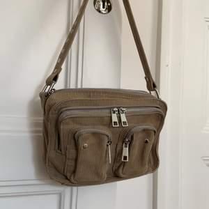 As snygg väska ifrån nunoo bags!! Köpt för ungefär 900kr och är i super bra skick!! Längre band ingår❤️ kontakta för mer bilder (priset kan diskuteras)