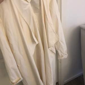 En vit tunn kappa i storlek S. Aldrig använd. Prislappen sitter kvar.