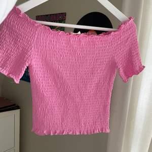 Gullig rosa smockad topp nu till sommaren 🌸💕🍒🍒💘💘 använt ksk 1 gång typ då jag har många liknande!!! Jättefint skick💕🌸💘storlek S men passar mig som har xs o skulle säga att den passar xs-m då den är stretchig!