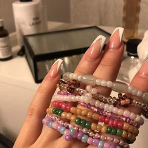 Väldigt fina armband som jag gjort själv gjorda av glaspärlor, dem på andra bilden funkar suveränt som detalj på nyckelring⚡️ Om du vill specialbeställa skriv privat💗 köp 1 för 25kr plus frakt 12kr 2 st för 49kr+12 3 för 65kr+12
