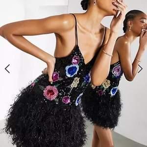 Söker den här paljettklänningen från asos då den är helt slut i min storlek kan tänka mig storlek 34,36,38 och 40!💖💖