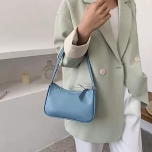 Säljer en lila och blå baguette väska. Super fina och söta. Kontakta mig vid intresse