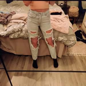 Slitna jeans från bershka, passform är Mom jeans, storlek 32