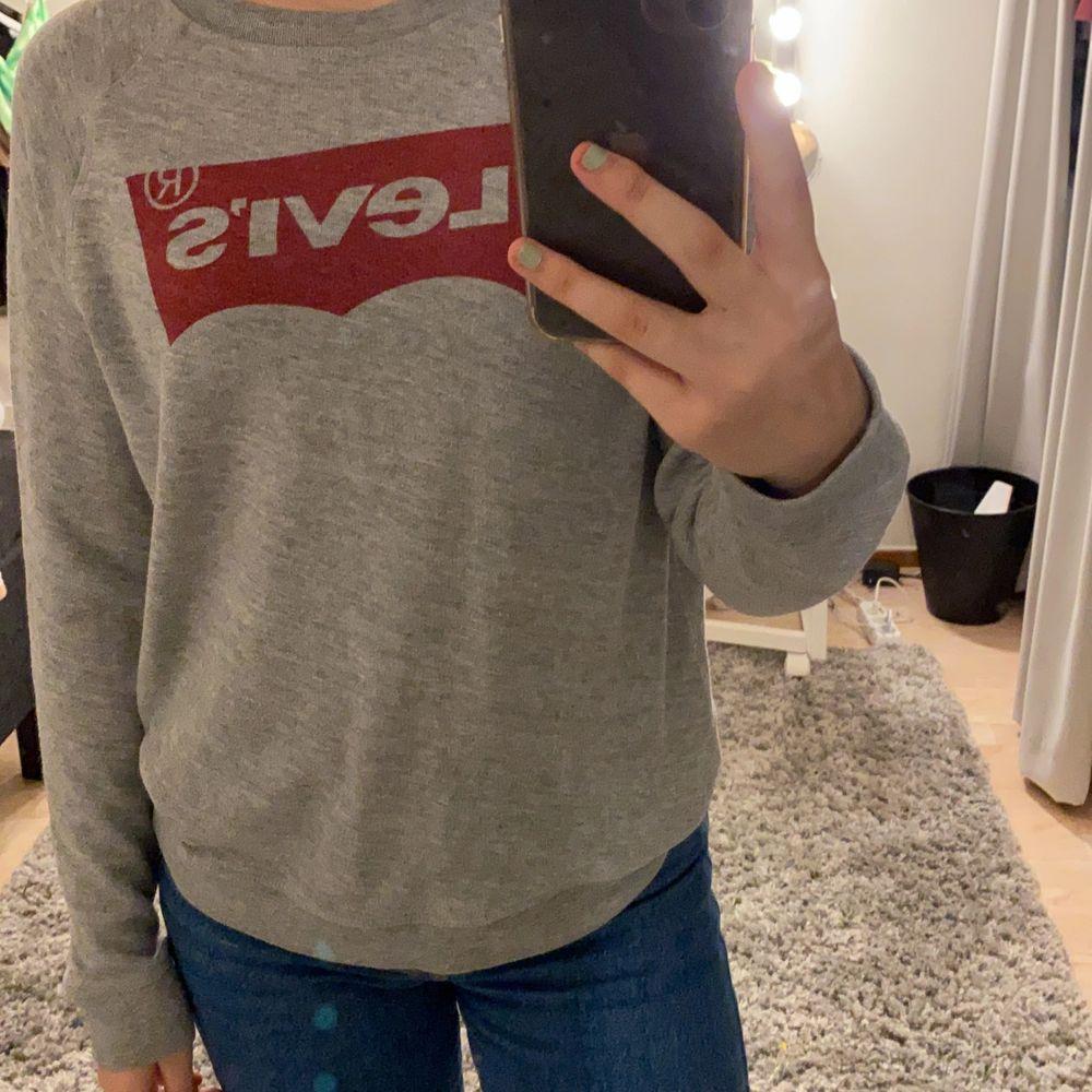 en jätte fin grå levis tröja i storlek M skulle säga att den passar S bättre, mjukt och bekvämt material, använd men i fint skick 💕. Tröjor & Koftor.