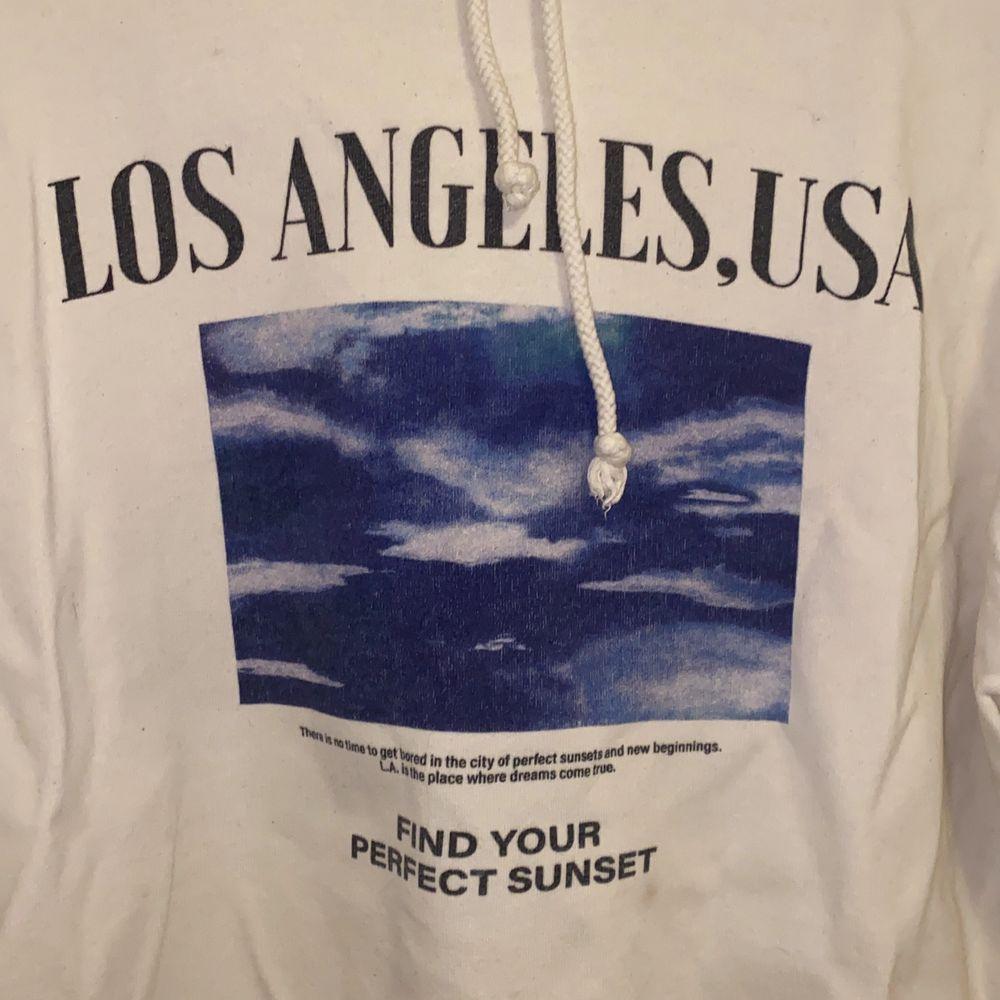Super cool hoodie från pull&bear.  Priset kan diskuteras vid intresse. Önskas fler bilder, kontakta mig💕. Tröjor & Koftor.