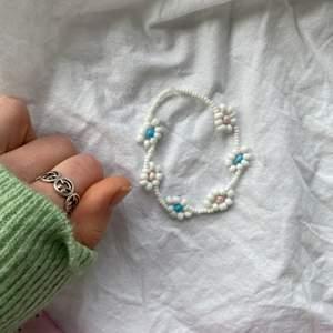 Finaste armbandet med blommor💜 Fler smycken på insta @sthlm.jewelry💘