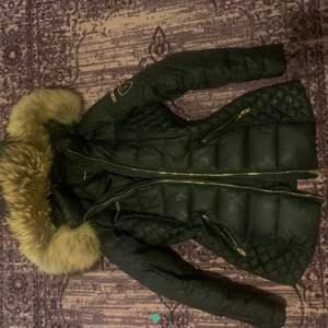 Ny jacka bra för vintern kan inte användas pga av storlek lite för liten för mig orginall priset 4000