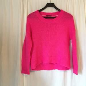 Neonrosa stickad tröja från Gina Tricot. Något längre baktill. Använt skick men inga skavanker!