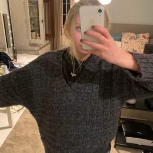 Tjock och mysig tröj som är så snygg med en tshirt under ellee som den är.😍  Den är v-ringad och stickad med glittertråd vilket gör den så fin! Köparen står för frakt/ möts upp i Danderyd!