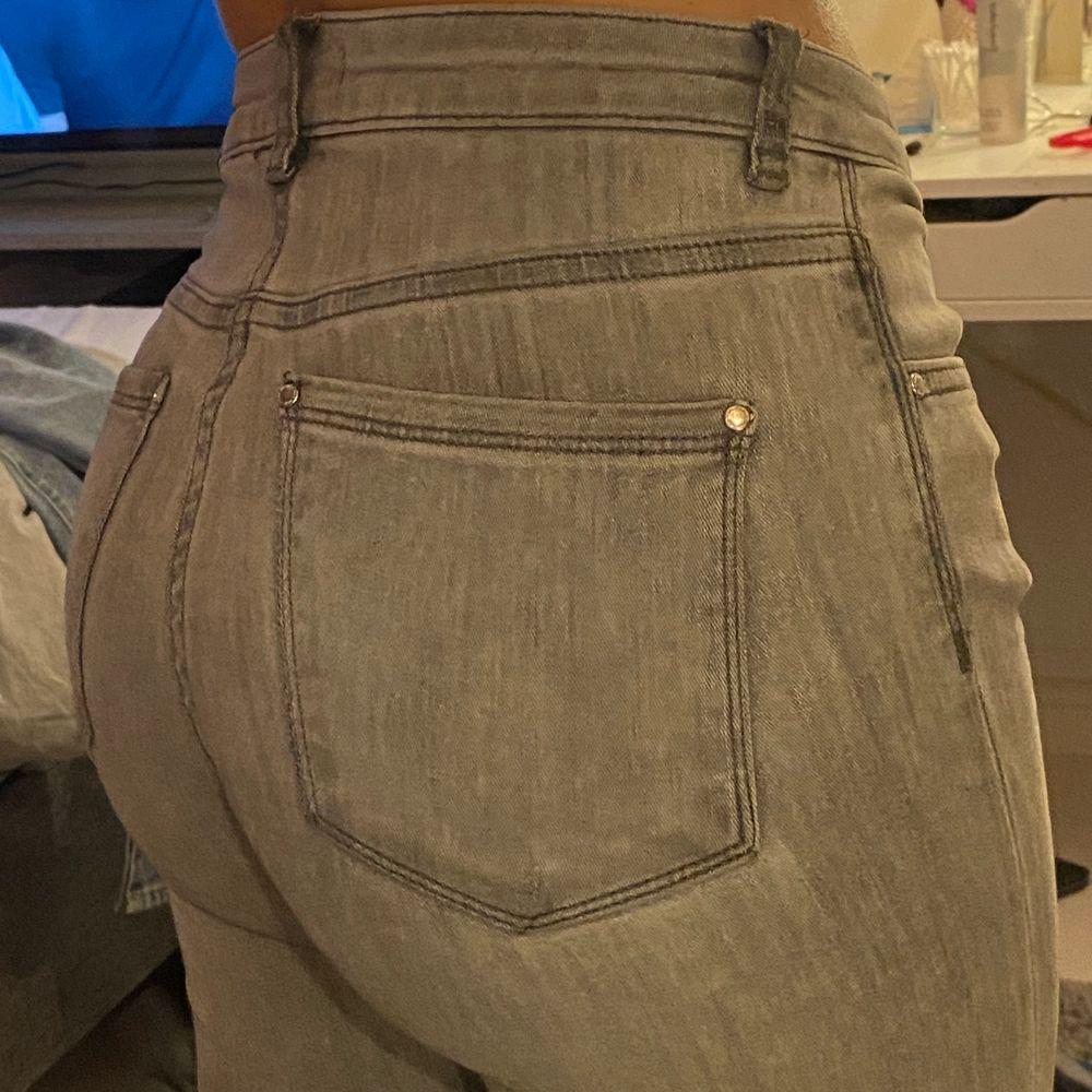 Sjukt snygga gråa jeans från Gina Tricot i storlek 38, sitter mer som en 34-36 men är stretchiga! Sååå sköna och sitter som en smäck på rumpan! Skriv för mer info/bilder🥰. Jeans & Byxor.