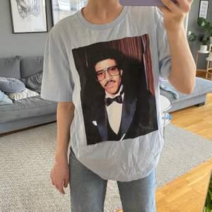 ljusblå t-shirt med coolt tryck! köpt från hm herr i storlek S, som ny! 😊😊✨