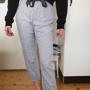 Ljusgrå pyjamasbyxor med små mörkgrå hjärtan i stl S. Passar någon som är 155-165
