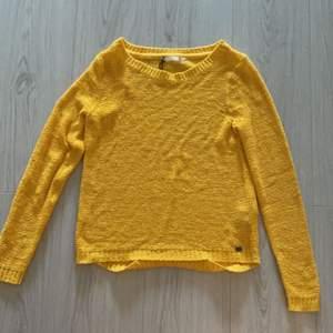 Fin gul stickad tröja från only i storlek xs, har kommit till användning två gånger, säljer då den är för liten och kommer ej till användning 💕köparen står för frakten