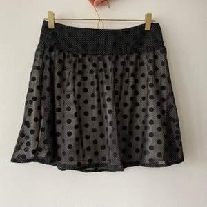 Jättefin prickig kjol i storlek 36💖 bara att skriva för föer bilder eller mått💓💓