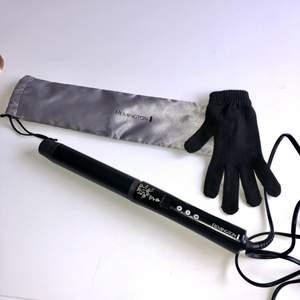Säljer min locktång från remington då den tyvärr aldrig kommer till användning. Värms upp supersnabbt och har en 3m lång sladd. 32mm tjock. 130-210 grader. Använd max 4-5 gånger så är i jättebra skick!🥰 medföljer förvaringspåse + värmehandske.