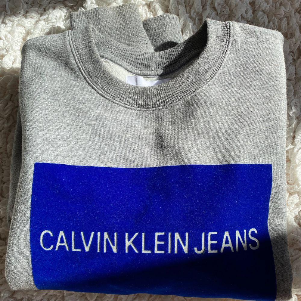 Jättefin sweatshirt men blått tryck i sammet. Huvtröjor & Träningströjor.