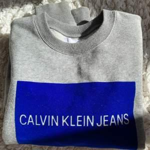 Jättefin sweatshirt men blått tryck i sammet