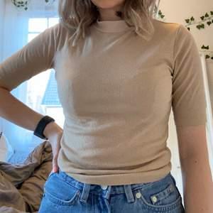 Säljer denna beiga ribbade tröja med halvlånga armar och krage. Säljer pga att den inte används längre. Storlek xs men är väldigt stretchig. Köp direkt för 60 kr inkl frakt.
