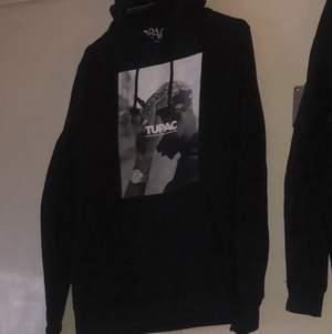 en helt ny oanvänd tupac hoodie med prislappar kvar, köpt för 600 på junkyard, säljer pga att den aldrig kom till användig🤬