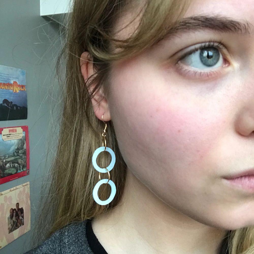 Örhängen jag gjort själv! Väldigt lätta i fin ljusblå färg! Har även andra färger. Frakt ingår i priset. Accessoarer.
