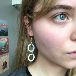 Örhängen jag gjort själv! Väldigt lätta i fin ljusblå färg! Har även andra färger. Frakt ingår i priset
