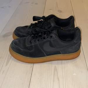 Säljer ett par svarta Nike AirForces 1 skor med brun/gul sula. Storlek 37,5. Material: mocka. Skorna är ganska använda samt lite slitna invändigt på höger sko, & därför är priset lågt. Ingen retur. Kan mötas upp i Stockholm. Pris: 200kr (+frakt ifall så behövs).