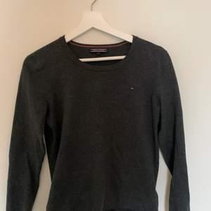 En brungrå Tommy Hilfiger tröja som inte finns i butik. Endast använd en gång och är av extremt bra material⚡️ Vid intresse kontakta gärna, köparen står för frakt💖