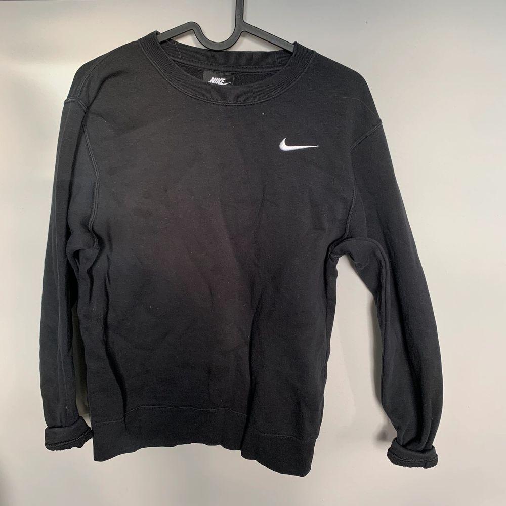 Svart Nike sweatshirt crewneck i fint skick. Huvtröjor & Träningströjor.