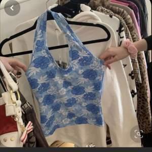 Hej vi är två tjejer som kommer sy trendiga kläder av återvunna tyger! Samtidigt som man vill hänga med i modet vill man också tänka på miljön! Köp kläder och väskor här då! Vi kommer sy såna kläder som är trendiga! Följ oss gärna för snart kommer första plaggen upp! 🌱.        Vi kommer även köpa in secondhand kläder och piffa upp dem eller sälja kläderna som dem är!