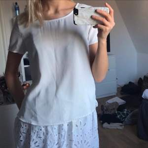 En vanlig vit blus i T-shirt-modell🤍🤍🤍