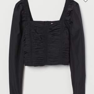 Säljer den här superfina svarta toppen med rynkning fram och baktill samt puffärm. Toppen är från H&M. Använd ett fåtal gånger och säljer eftersom den inte riktigt är min stil längre💓