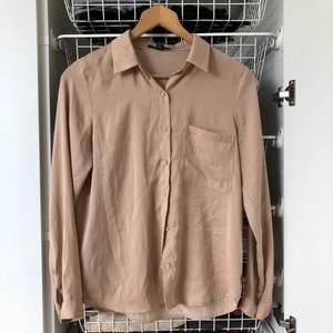 Skjorta i glansigt material från Forever 21, strl. S.