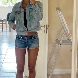 Supersnygga lågmidjade Juicy Couture shorts som jag säljer då de tyvärr är för stora i midjan</3 köpt secondhand men har inte använt :)) Skulle passa M (& mindre) bäst!❤️🔥