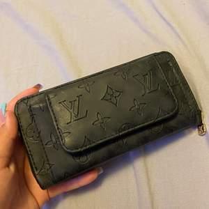 En plånbok, aldrig använd . Med många korhållare och mycket plats för annat. Du står för frakten.