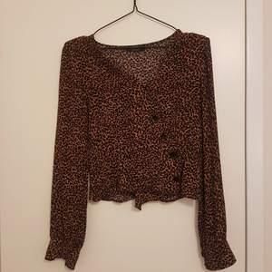 Omlottblus från bershka med leopardmönster! Färgen är som på första bilden. Skriv om du har frågor:)