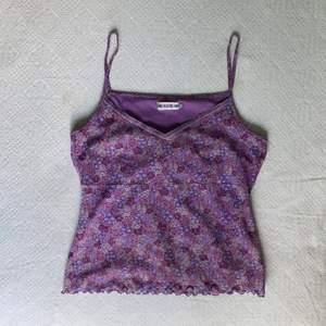 Gullig linne med blommor och spets. Buda eller köp direkt för 200. Frakt:24
