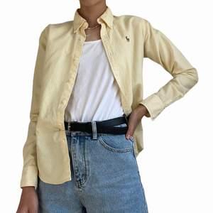 VID  KÖP INNAN 4 AUGUSTI KAN MAN FÅ 50 KR RABATT❗️❗️                                                                Super snygg gul och vit randig Ralph lauren skjorta!! Den är i mycket fint skick och har varken hål eller fläckar!                                         (Köpare står för frakt och den skickas efter att köparen betalat) (Frakten varierar beroende på om köpare vill att paketet ska skickas spårbart eller icke spårbart)