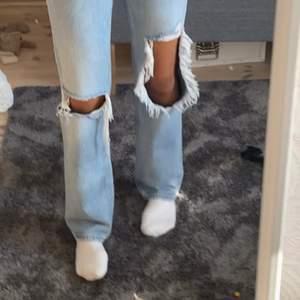 Säljer dessa helt slutsålda jeans i stl 32, säljer endast pga det är försmå för mig😩älskar de verkligen, de stora hålet är lite större än på bilderna eftersom jag använt de annars är det jätte jätte fina! 💕
