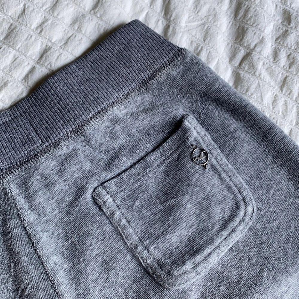 Utsvängda mjukisbyxor från hollister! 🤍 byxorna är i gott skick och har inga defekter förutom en liten fläck på snöret.. Jeans & Byxor.