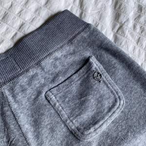 Utsvängda mjukisbyxor från hollister! 🤍 byxorna är i gott skick och har inga defekter förutom en liten fläck på snöret.