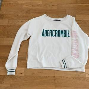 Croppad sweater från Abercrombie and Fitch NY
